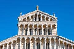 Купол собора предназначенного к Santa Maria Assunta, в dei Miracoli аркады в Пизе стоковое фото rf