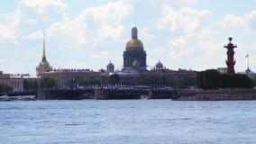 Купол собора ` s St Исаак, Адмиралитейства, Rostral столбца и моста дворца сток-видео