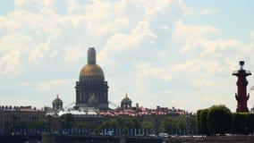 Купол собора ` s St Исаак, Rostral столбца сток-видео