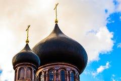 Купол с золотым крестом na górze здания правоверной часовни Купол церков христианский крест Стоковые Изображения RF