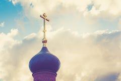 Купол с золотым крестом na górze здания правоверной часовни Купол церков христианский крест Стоковое Изображение