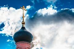 Купол с золотым крестом na górze здания правоверной часовни Купол церков христианский крест Стоковые Фотографии RF