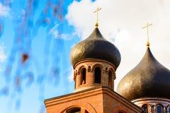 Купол с золотым крестом na górze здания правоверной часовни Купол церков христианский крест Стоковое Фото