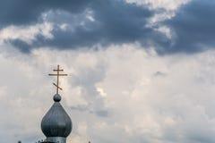 Купол церков против бурного неба Стоковое Изображение RF