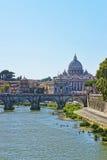 Купол базилики St Peter и моста Ponte Sant Angelo Стоковое фото RF