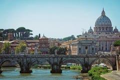 Купол базилики St Peter и мост Ponte Sant Angelo Стоковое Фото