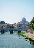 Купол базилики St Peter и Ponte Sant Angelo Стоковое Изображение RF