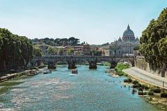 Купол базилики St Peters и моста Ponte Sant Angelo Стоковое Фото