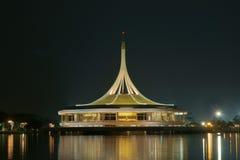 Купол в воде на ноче Стоковая Фотография