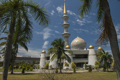 Купол и минареты мечети положения Сабаха в Kota Kinabalu Стоковые Фото