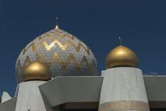 Купол и минареты мечети положения Сабаха в Kota Kinabalu Стоковое фото RF