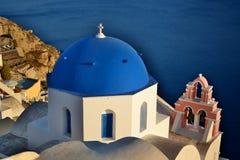 Купол и belltower церков Oia, Santorini, острова Кикладов Греция Стоковые Фотографии RF