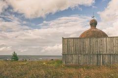 Купол маяка вне загородки около моря Стоковое Изображение