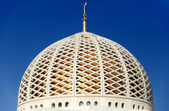 Купол мечети Qaboos султана грандиозной в Muscat, Омане Стоковые Фотографии RF