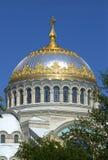 Купол собора St Nicholas военноморского на заднем плане безоблачного неба Kronstadt стоковые фото
