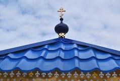 Купол с крестом на крыше часовни Стоковые Изображения