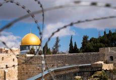Купол утеса в Иерусалиме за связанной проволокой загородкой стоковое фото rf