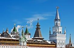 Куполы и башни Кремля в Izmailovo в Москве Стоковые Изображения