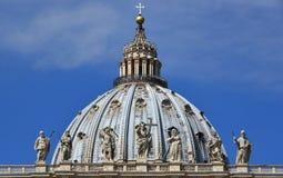 Купол St Peter с Иисусом среди статуй Святых барочных, в Rom Стоковые Фотографии RF