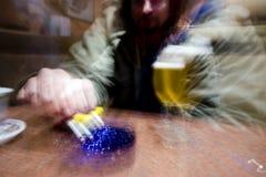 курильщица к сигналить стоковое фото