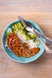 Куриная грудка в соусе бальзамического уксуса и желтого сахарного песка взбрызнутом с семенами сезама Цыпленок с рисом и брокколи Стоковое Изображение