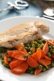 Куриная грудка жареного цыпленка с овощами на белой плите Стоковые Фотографии RF