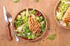 Куриная грудка и салат Стоковые Фото