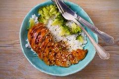 Куриная грудка, рис и брокколи Glased как гарнируйте Цыпленок в соусе бальзамического уксуса и желтого сахарного песка Стоковое Фото