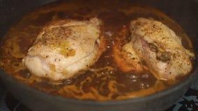 Куриная грудка с пряным соусом chili в видео кастрюльки сток-видео