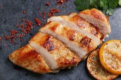 Куриная грудка жареного цыпленка с лимоном и овощами Стоковое фото RF