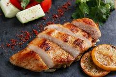 Куриная грудка жареного цыпленка с лимоном и овощами Стоковые Фото