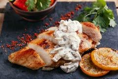Куриная грудка жареного цыпленка с соусом и лимоном гриба Стоковые Изображения RF