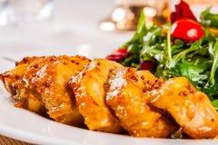 Куриная грудка и салат стоковое фото