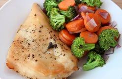 Куриная грудка с зажаренными овощами Стоковая Фотография