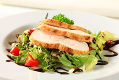 Куриная грудка с зеленым салатом Стоковая Фотография