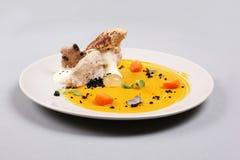 Куриная грудка с овощами на белой плите Стоковая Фотография