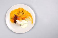 Куриная грудка с овощами на белой плите Стоковые Изображения