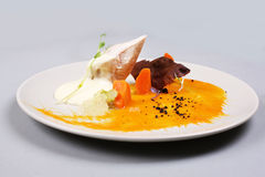 Куриная грудка с овощами на белой плите Стоковая Фотография RF
