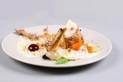Куриная грудка с овощами на белой плите Стоковое Фото