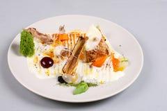 Куриная грудка с овощами на белой плите Стоковые Изображения RF