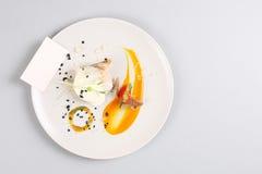 Куриная грудка с овощами на белой плите Стоковое Изображение