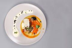 Куриная грудка с овощами на белой плите Стоковые Фото