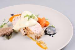 Куриная грудка с овощами на белой плите Стоковые Фотографии RF