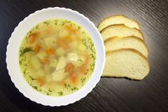 Куриный суп в плите стоковые изображения