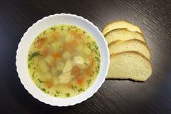 Куриный суп на таблице стоковая фотография rf
