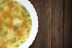 Куриный суп на таблице стоковые фотографии rf