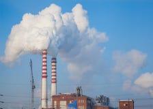 Курите от печной трубы фабрики в Сибире Стоковая Фотография