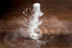 Курите от установки сухого льда в воду, в прозрачном жилете, на деревянный стиль предпосылки, темных и загадочных Стоковая Фотография