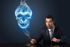Курить бизнесмена Стоковое фото RF