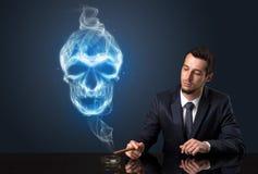 Курить бизнесмена Стоковое Фото
